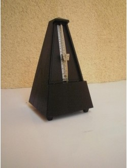 Piramis metronóm, fekete műa. Wittner